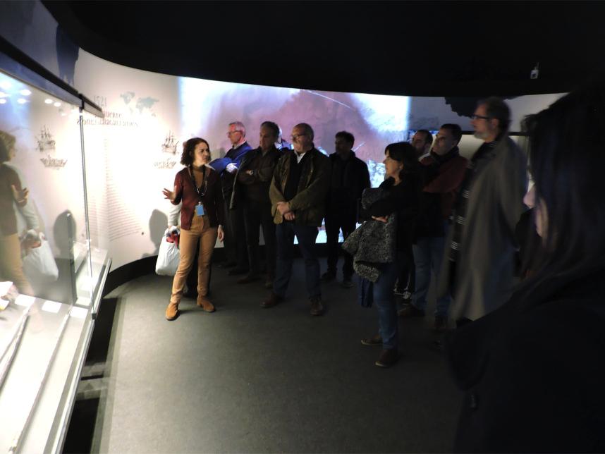 Un momento de la visita guiada en el que los asistentes atienden la explicación de Susana García Ramírez.