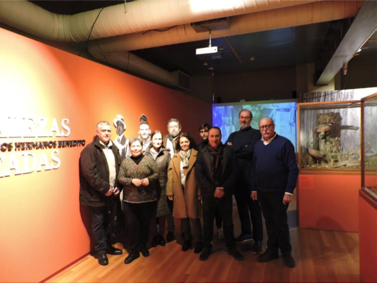 El grupo de visitantes y los guías en la entrada a la exposición al comienzo de la visita técnica