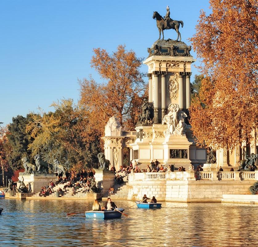 Fotografía de: Antonello Dellanote - (Recorte de laterales) Parque de El Retiro, Monumento a Alfonso XII sobre el Estanque Grande donde disfrutan los ciudadanos del sol y los paseos en barca.